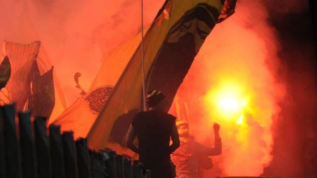 Pyros werden an einem Spiel des FC Thun abgebrannt (Archivbild)