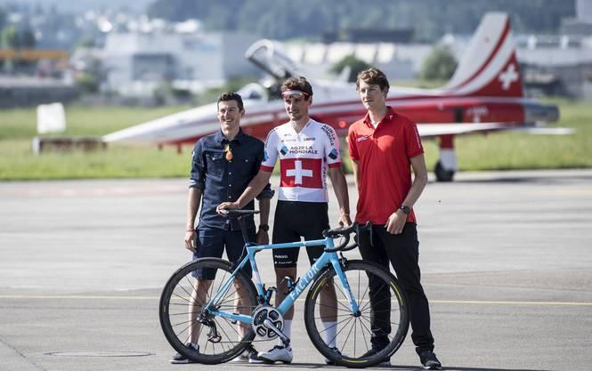 Die Schweizer Radprofis Mathias Frank (l.), Silvan Dillier (M.) und Stefan Küng posieren vor einem Start der Patrouille Suisse.