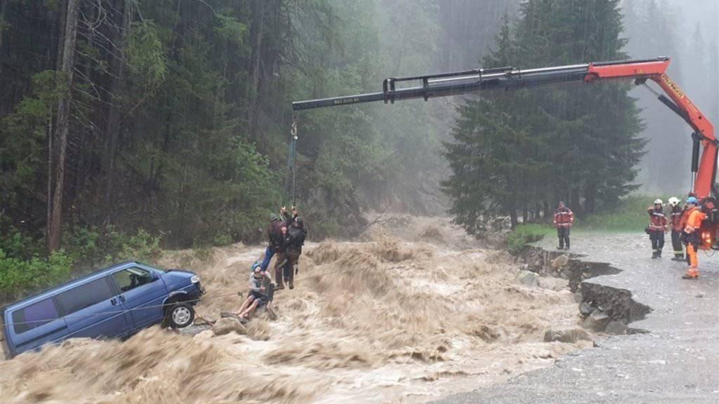 """Rettung in höchster Not: In Splügen mussten zwei Personen aus den Fluten des  """"Hüscherabach"""" gerettet werden. Es handelt sich um zwei deutsche Touristen, die im Schlaf vom Wasser überrascht wurden."""