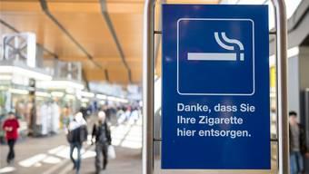 Zu Coronazeiten finden sich Raucherinnen und Raucher an Bahnhöfen in schwierigen Situationen.