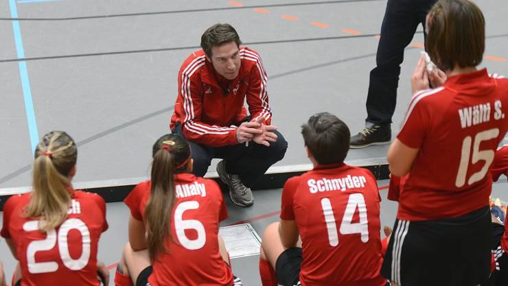 Frauentrainer Michael Kloter (Mitte) weiss, worum es geht.