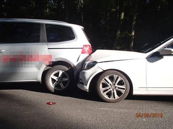 Der Verursacher sowie dessen Beifahrer wurden leicht verletzt.