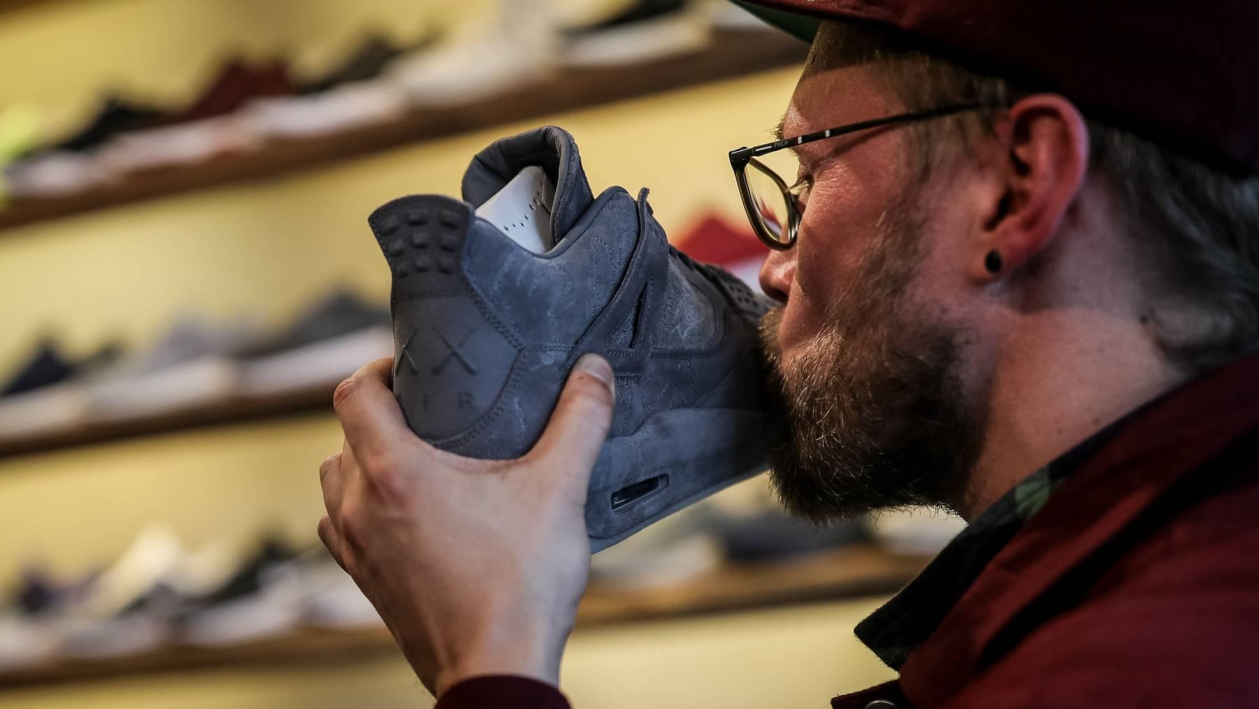 Für spezielle Schuhe stehen die Leute auch mal ein paar Tage an.