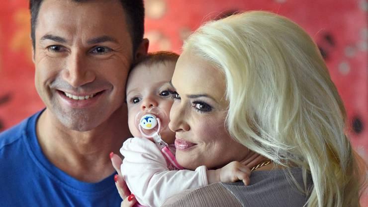 Die ganze TV-Gemeinde soll an ihrem Glück teilhaben: Lucas Cordalis und Daniela Katzenberger mit Tochter Sophia. (Archivbild)