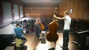 Die Kinder der Schule Hirschthal verbrachten einen Morgen mit der Kindermusikband Silberbüx
