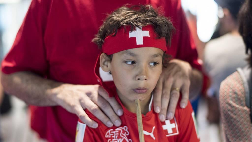 Ein junger Fan wartet auf die Ankunft der Schweizer Nationalmannschaft am Flughafen (26. Juni 2016 in Zürich).