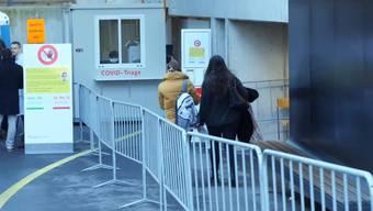 Vor dem Eingang zum Notfallgebäude betreiben Ärzteschaft und Pflege im Zweischichtbetrieb eine Abklärungs- und Behandlungsstation.