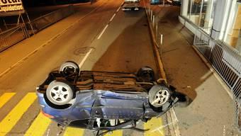 Das Auto prallte in eine Schaufensterscheibe, überschlug sich und landete auf dem Dach.