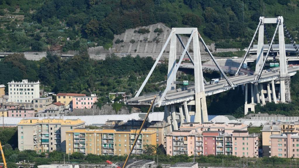 Ein Grossfeuer ist am Dienstag an der Baustelle für die Errichtung der neuen Brücke anstelle des im August 2018 eingestürzten Morandi-Viadukts ausgebrochen. Funken sollen Styropor in Brand gesetzt haben. (Archivbild)