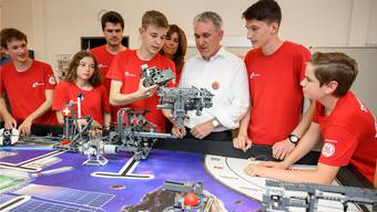 «Es ist enorm eindrücklich, was die Jugendlichen leisten», sagt Bildungsdirektor Alex Hürzeler über das Mindfactory-Team.Bild: Alex Spichale