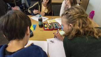Beschwerden von Eltern aus Frankreich gegen die erschwerte Schulbildung ihrer Kinder in Genf sind von der Genfer Justiz abgelehnt worden. (Archivbild)