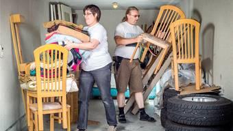 Das Wildegger Paar kümmert sich um den Hausrat von Gefängnisinsassen: Isabel Juchli und René Heer in ihrem Lagerraum. Sandra Ardizzone