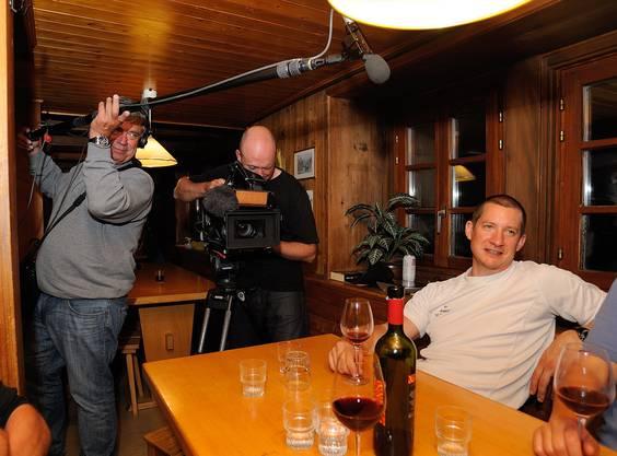 Das Team von «SF bi de Lüt - Hüttengeschichten» filmt in der Hütte