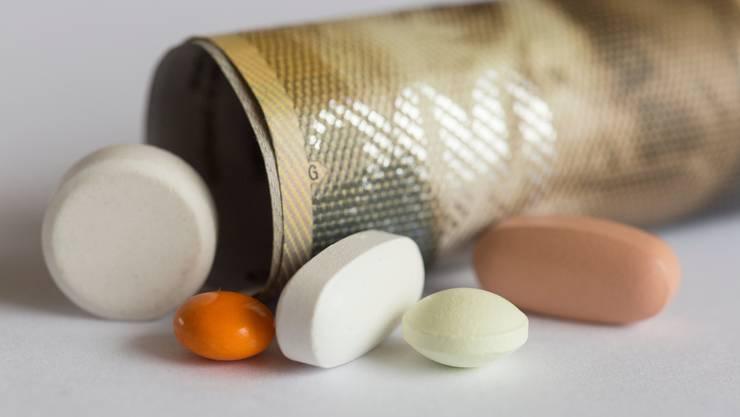 Neue Medikamente sind teilweise sehr teuer. Gemäss dem Preisüberwacher kosten sie jährlich bis zu 100'000 Franken pro Patient. (Symbolbild)