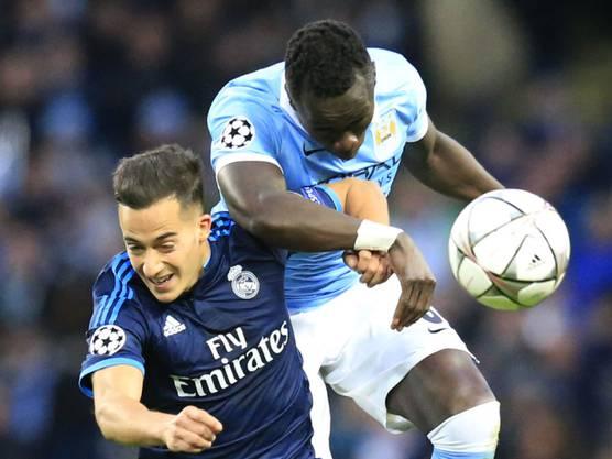 Real Madrids Lucas Vazquez im Kampf um den Ball gegen Manchesters Bacary Sagna