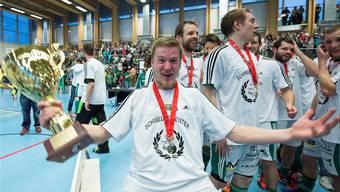 Der ruhige Finne kann auch anders: Tatu Väänänen an der letztjährigen Meisterfeier. Am Samstag will er Wiler in Kloten zum nächsten Titel führen.