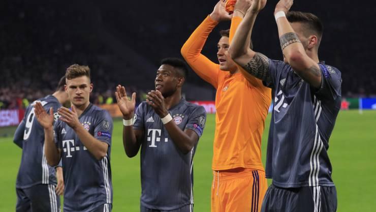 Die Bayern bedanken sich nach dem 3:3-Spektakel in Amsterdam für den Support