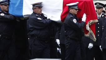 Islamisten-Hintergrund unterschätzt: Trauerfeier für die erstochenen Polizisten in Paris.
