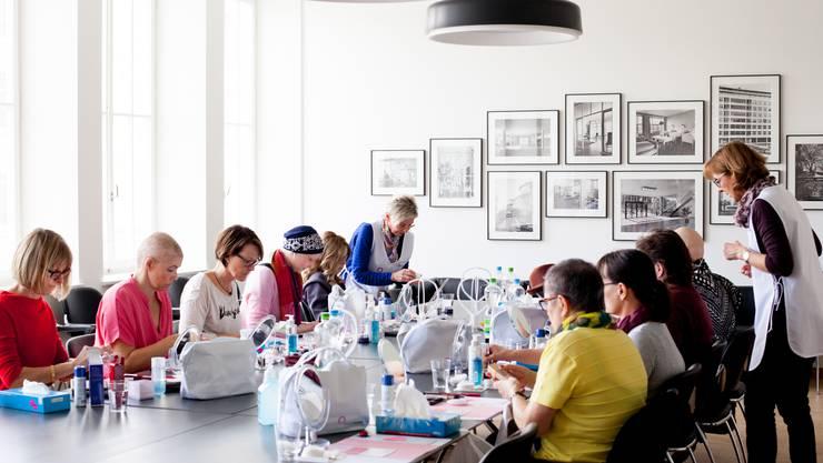 Am Workshop erhalten die Teilnehmerinnen Tipps und Anleitungen für die Hautpflege und das Make-up.