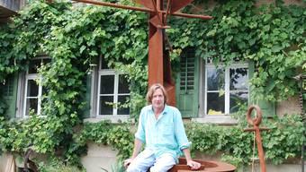 Neues Heim: Daniel Waldner auf einer von ihm geschaffenen Brunnenskulptur  vor seinem Haus in Kaisten. (Bild: sh)