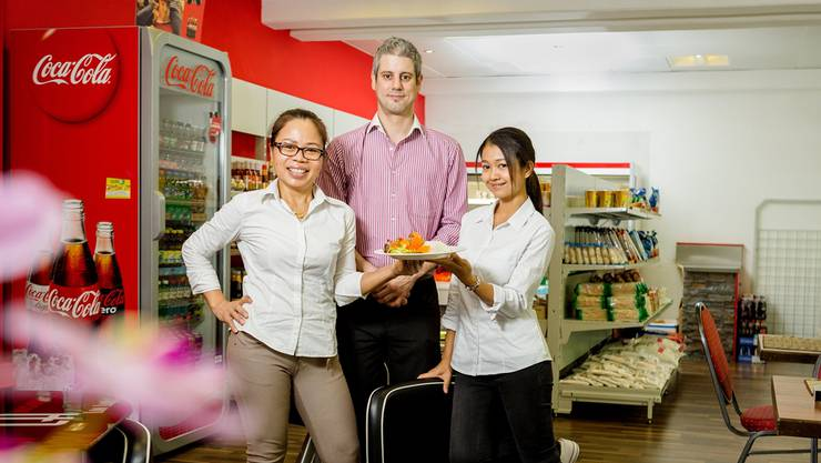 Phala Wanlai, Reto Zbinden und Narumol Heimgartner (v.l.) schmeissen den «Thai Chilli» Take-away.Sandra Ardizzone