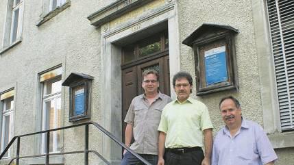 Auf der Treppe vor dem maroden und sanierungsbedürftigen Gemeindehaus (von links): Finanzverwalter Marcel Rohrer, Vizeammann Christian Ott und Theo Weber von der Finanzkommission.  ach