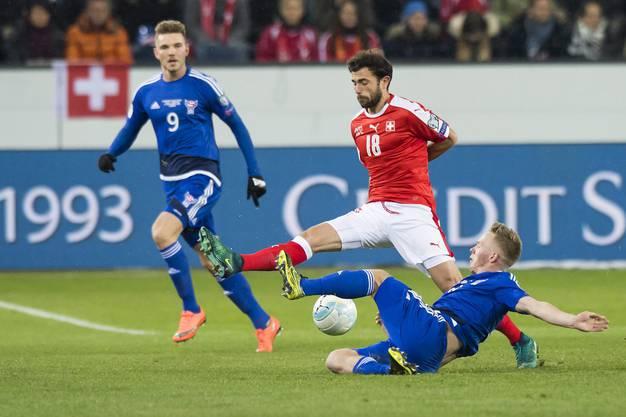 Admir Mehmedi ist nur per Grätsche vom Ball zu trennen.