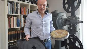 Roman Sticher zeigt, was passieren kann: Links eine richtig gelagerte Filmrolle,rechts eine durch falsche Lagerung zerstörte (Vinegar-Syndrom)