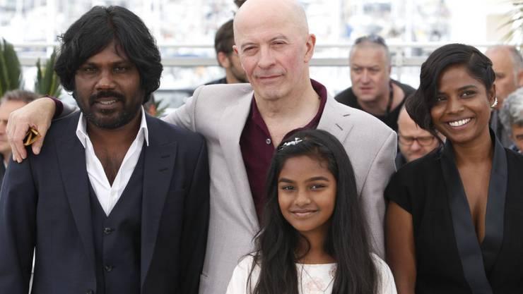 "Regisseur Jacques Audiard (Mitte) mit der ""Dheepan""-Filmcrew in Cannes"