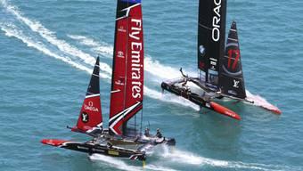 Team New Zealand (links) hat im Duell mit dem Titelverteidiger die Nase vorne
