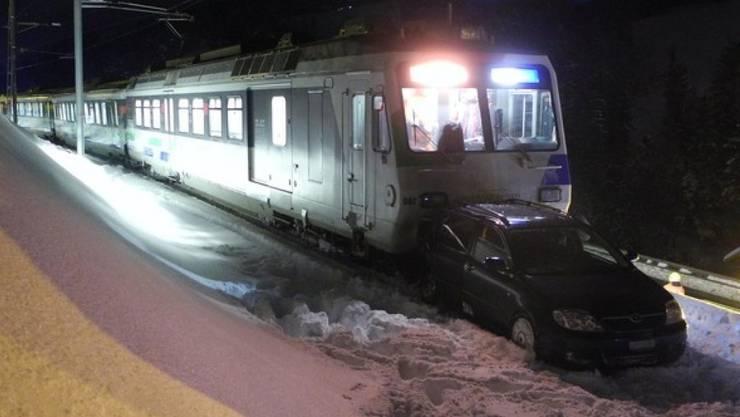 Der Zug erfasste das Auto auf einem Bahnübergang bei Sattel SZ und schob es trotz Vollbremsung über 150 Meter weit vor sich her. Verletzt wurde niemand.