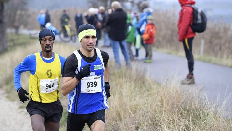 Sieger Ahmed El Jaddar (rechts) vor dem zweitplatzierten Mekonen Tefera (links) kurz nach dem Start.