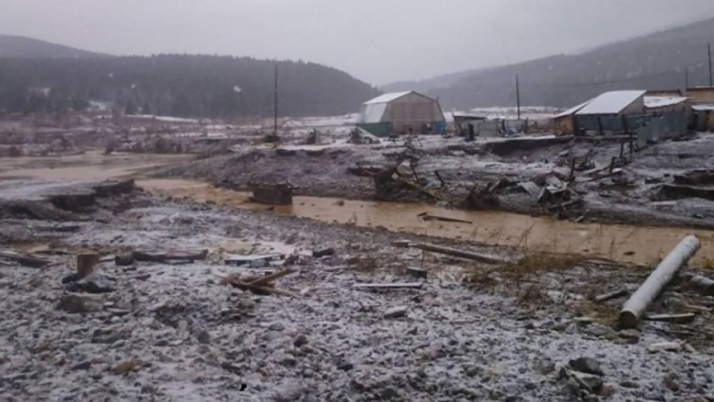 Mindestens 15 Menschen sind bei einem Dammbruch in der sibirischen Region Krasnojarsk in Russland ums Leben gekommen.