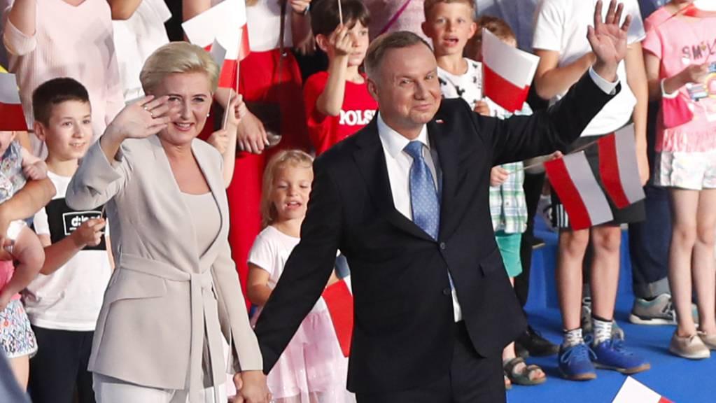 Andrzej Duda (vorne,r), Präsident von Polen, und seine Frau Agata Kornhauser-Duda kurz nach dem Ende des Wahltages zur Präsidentschaft. Foto: Petr David Josek/AP/dpa