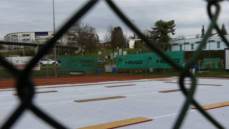 Anstatt Tennis: Es fehlen nur noch die Kunststoffplatten für ein synthetisches Eisfeld auf dem Tennisplatz in Sins.