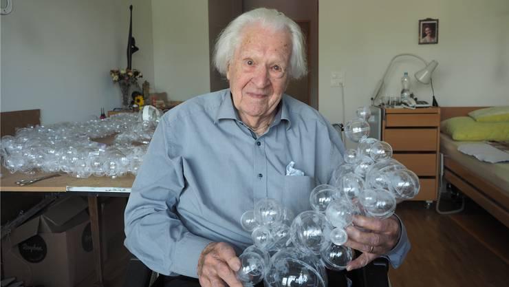 Erwin Rehmann mit seinem neuesten Kunstwerk, das er im Zimmer im Alterszentrum Klostermatte erstellt hat.