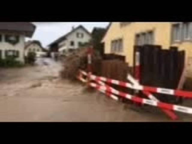 Das Wasser schoss regelrecht aus dem Boden: Leservideo vom Leitungsbruch am vergangenen Freitag.