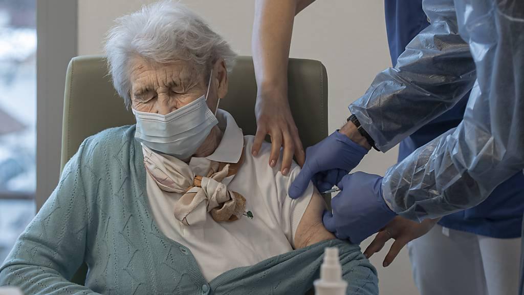 Im Tessin können sich ältere Menschen, die nicht mehr mobil sind, ganz in ihrer Nähe impfen lassen.