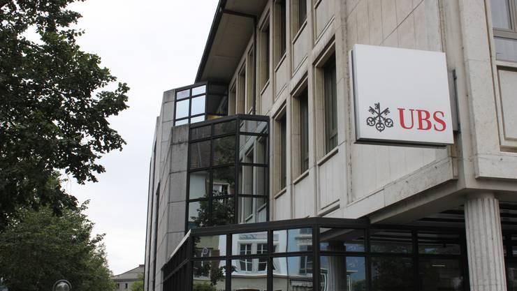 Die UBS wird Schalter-Öffnungszeiten reduzieren und einige Geschäftsstellen vorübergehend schliessen.