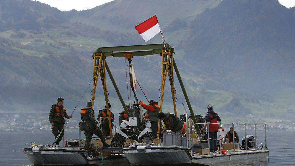 Die Armee führt das Sprengstoffmonitoring in Schweizer Seen schon seit Jahren durch. Auf dem Bild aus dem Jahr 2008 sind Experten dabei, Proben aus dem Vierwaldstättersee zu bergen. (Archiv)