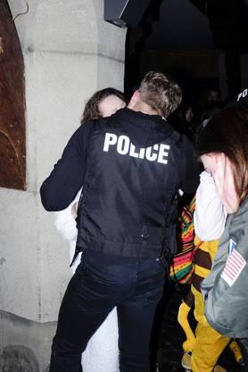 Ein «Polizist» lenkt sich ab