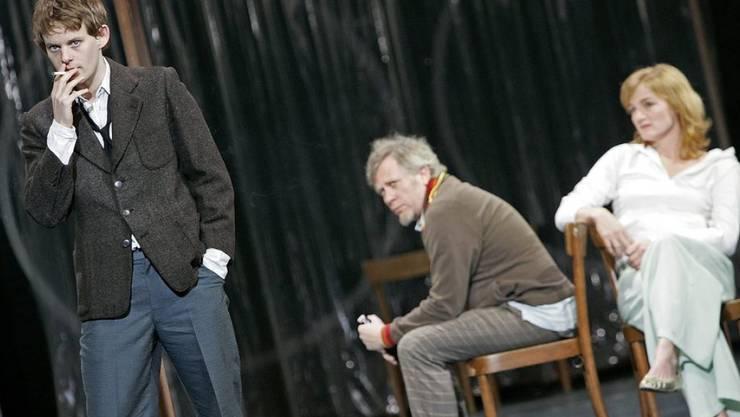 """Nina Petri zusammen mit (v.l.n.r.) Patrick Güldenberg und Tilo Nest 2006 im Stück """"Am Strand der weiten Welt"""" im Schauspielhaus Zürich (Archiv)"""