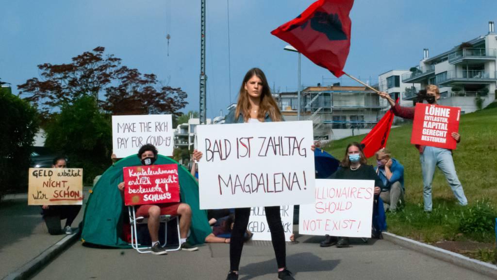 Juso protestiert vor der Villa von Magdalena Martullo-Blocher