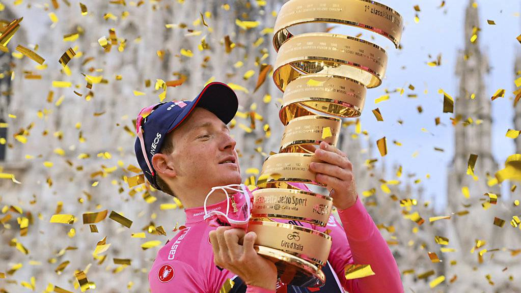 Der Brite Tao Geoghegan Hart lässt sich im Goldregen auf dem Mailänder Dom-Platz als Giro-Sieger feiern.