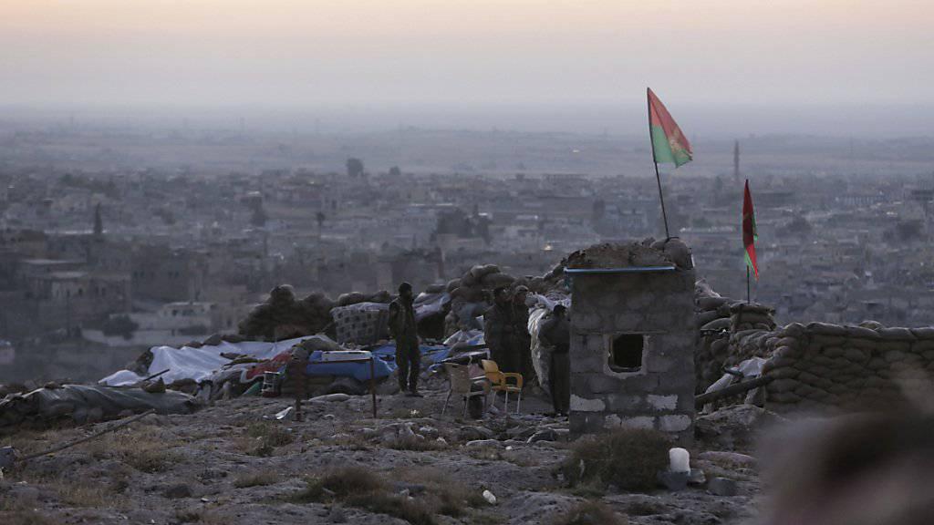 Eine Peschmerga-Stellung bei Sindschar: Am Freitagmorgen hat die irakisch-kurdische Miliz die strategisch wichtige Stadt nach eigenen Angaben eingenommen.