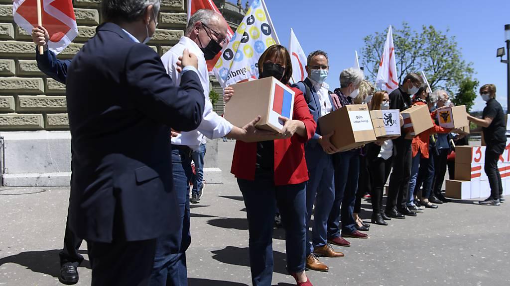 Ein «breites Bündnis» bestehend aus Vertretern des Schweizerischen Gewerkschaftsbundes, der Gewerkschaft des Verkehrspersonals und linker Parteien hat am Freitag 137'550 Unterschriften für die Initiative für eine 13. AHV-Rente eingereicht.