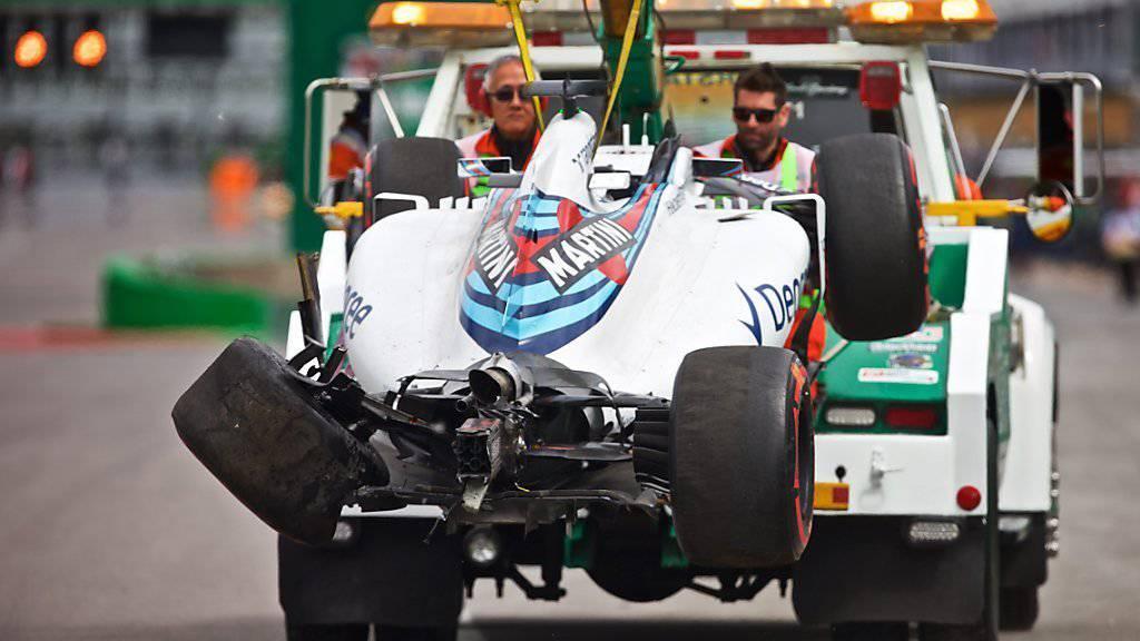 Das Williams-Wrack von Felipe Massa wird abtransportiert