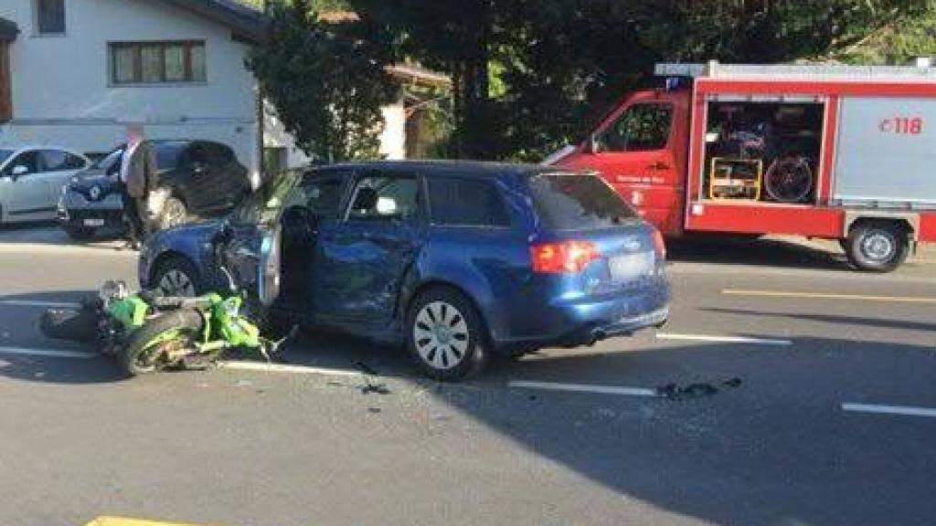 Der Motorradlenker erlag nach dem Zusammenstoss mit dem Auto im Spital von Sitten seinen schweren Verletzungen.