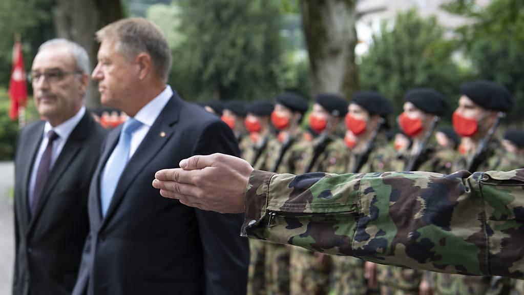 Empfang mit militärischen Ehren und Schutzmasken: Bundespräsident Guy Parmelin mit dem rumänischen Präsidenten Klaus Iohnannis (rechts) im Landgut Lohn bei Bern.