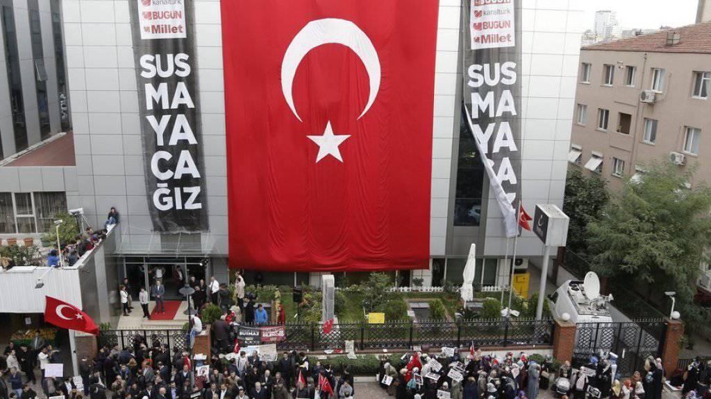 Bereits am Dienstag gab es Proteste vor dem Gebäude des Fernsehsenders Kanaltürk gegen die Einsetzung eines Zwangsverwalters. Am Mittwoch übernahm dieser die Regie, nachdem sich die Polizei gewaltsam Zutritt zum  Sitz des Koza-Ipek-Konzerns verschafft hatte. (Archiv)